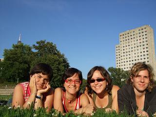 Marta, Mireia, Alea i Núria i la residència de fons