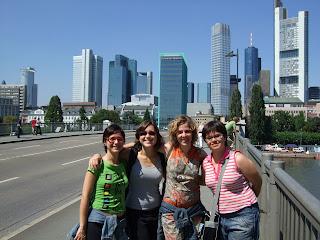 Mireia, Alea, Núria i Marta amb l'Skyline de Frankfurt