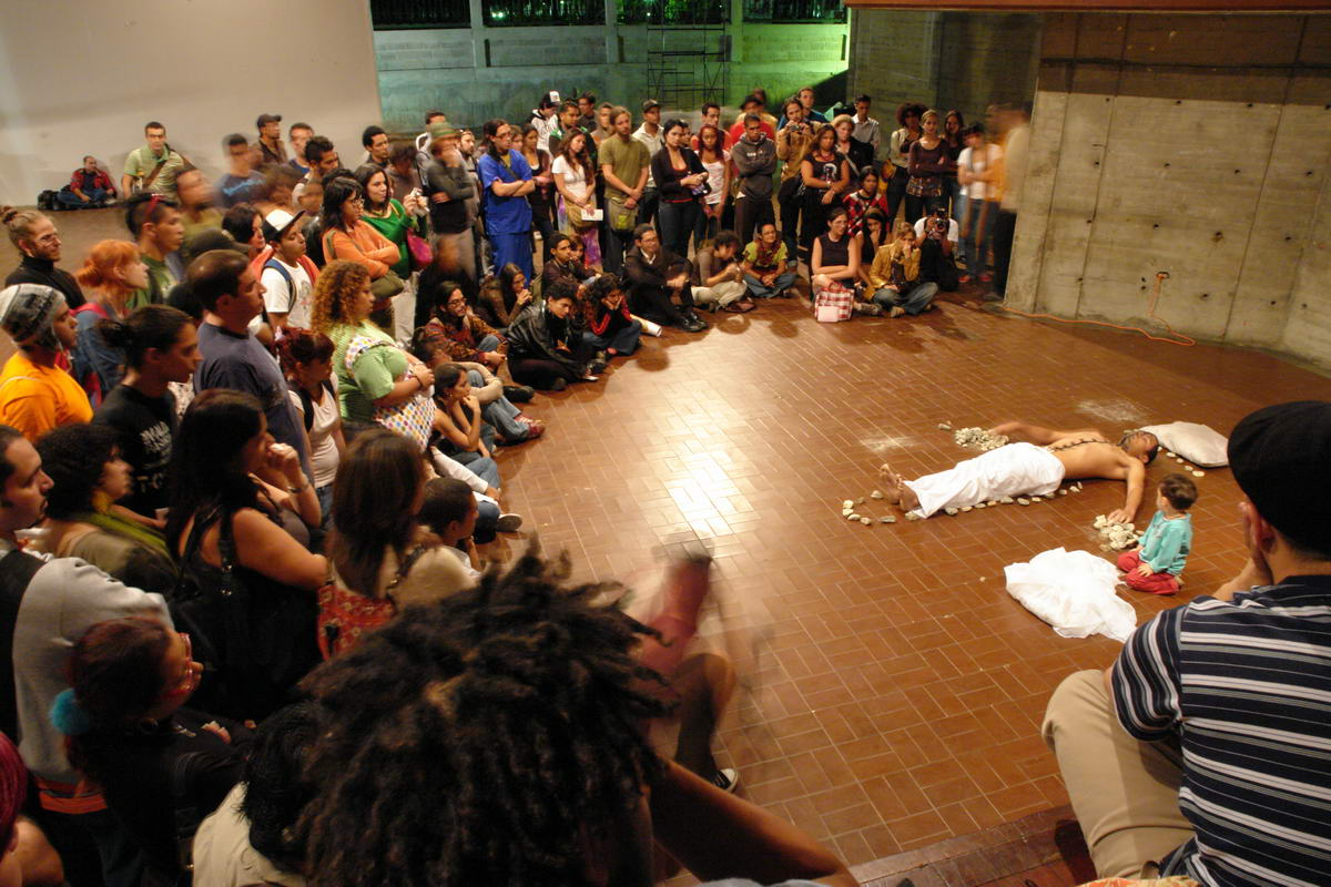[017+OBJETUAL+Caracas+2008+Dia+4+Kevin+Orellanes+Foto+Alejandro+Gonzalez.JPG]