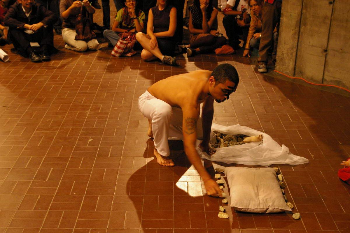[007+OBJETUAL+Caracas+2008+Dia+4+Kevin+Orellanes+Foto+Juan+Carlos+Urrutia.JPG]