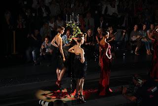Desfile de Hannibal Laguna. Palabras mayores. Arquitectura, modelado y patronaje en movimiento…Con la presencia de importantes personajes, alguién quiere más… (Fotos). En Cibeles Fashion Week.
