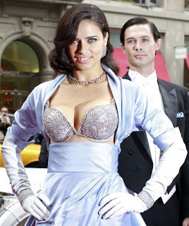 """Adriana Lima  con el sujetador (""""Bombshell Fantasy Bra"""") de Victoria´s Secret. (FOTO DEL DIA Y VIDEO *BEHIND THE SCENES*). Valorado en casi 2 millones de Euros, con 60 kilates de diamantes y 2000 horas de trabajo…"""