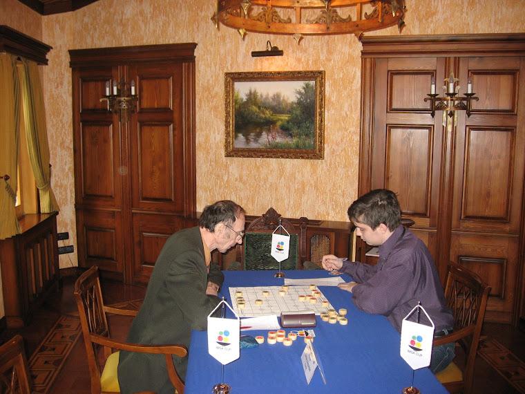 И вот первая партия показательного матча по китайским шахматам сянци близится к завершению