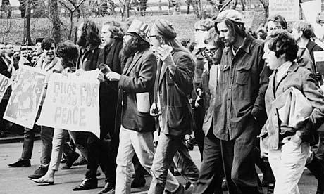 Allen Ginsberg (de cartola) em manifestação contra a Guerra do Vietnã