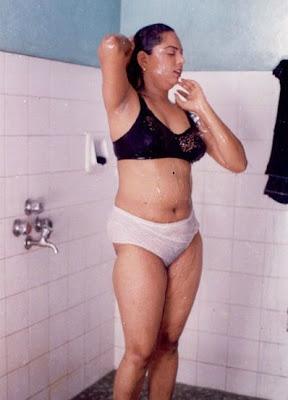 bathing aunty hot