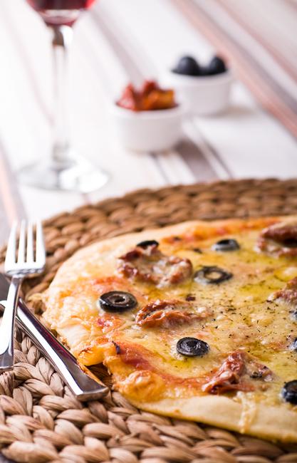 Пица с маслини и сушени домати