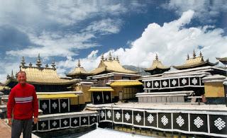 Tibet: El Palacio de Potala siglo VII domina la ciudad de Lhasa. Palacio del Dalai Lama, es el edificio más emblemático del Tibet.
