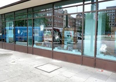 zerschlagene glassfassade der hamburger scientology-zentrale