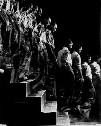 http://1.bp.blogspot.com/_l8Kf8qkXvAg/S7_hPErzr-I/AAAAAAAAAI8/zASDxvSaUOk/s1600/Marcel+Duchamp,walking+down+a+staircase.bmp