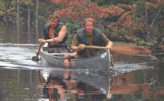 Jon Voight y Ronny Cox en canoa