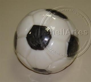 Sabonete feito no formato de bola de futebol... Nas versões branca e  colorida. 59d1946706875