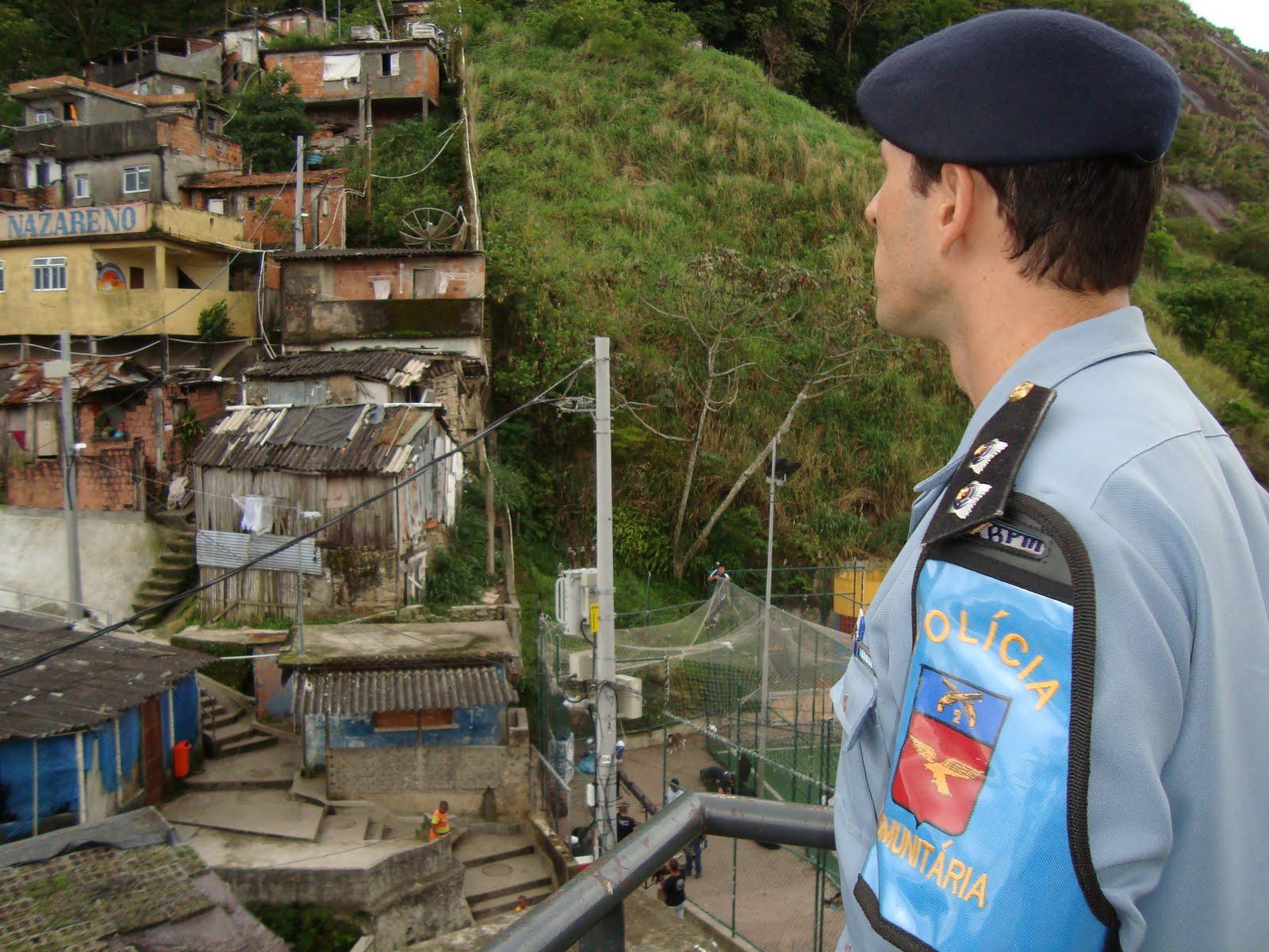 Policial militar observa o Santa Marta: para morador da Maré, UPP pratica remoção maquiada