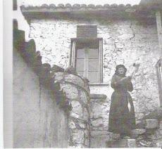 Παλιό Διστομίτικο σπίτι με πατητήρι και πέτρινη εξωτερική σκάλα.
