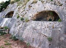 Προελληνικοί σμιλευτοί θολωτοί τάφοι βασιλέων