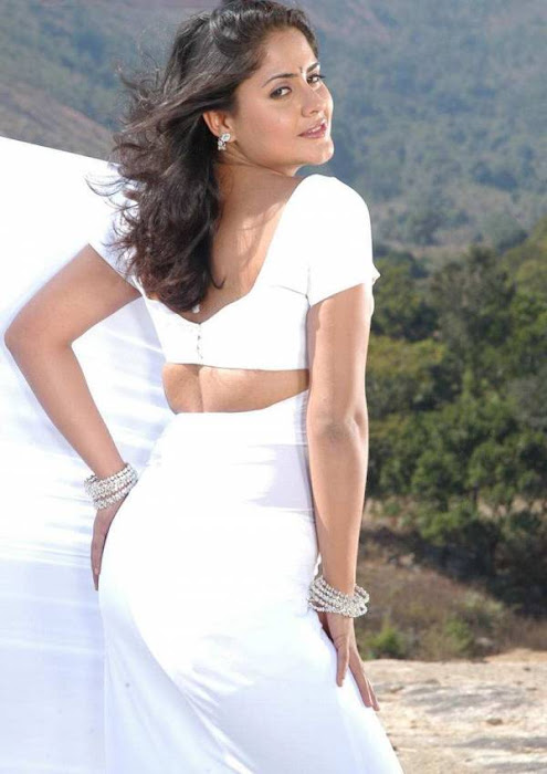 mallu aunty white saree ing her very tight blouse seeing big hot  images