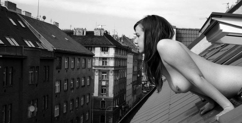 [Coloma,+Manu+-Chica+asomada+en+ventana+desnuda-.jpg]