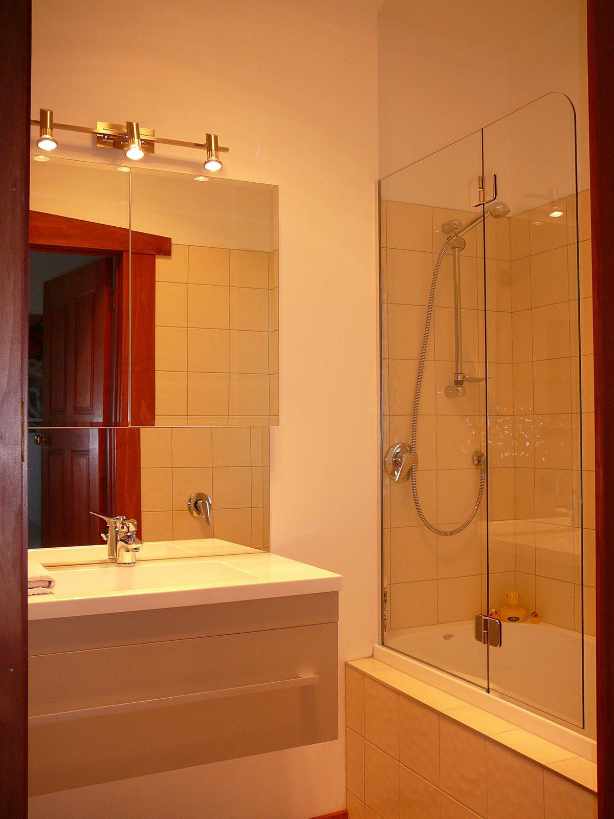[wwwP1070772bathroom-vanity+.jpg]