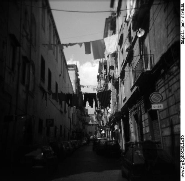 Fotografia di vicolo napoletano in bianco e nero, pellicola Agfa Scala, Holga 120 CFN