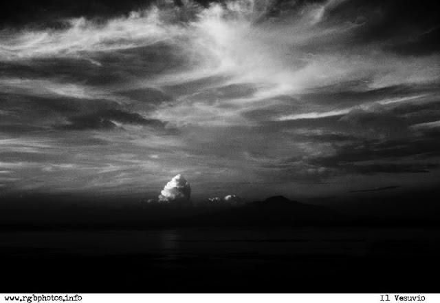 Fotografia in bianco e nero del golfo di napoli con il vesuvio, visto dalla costiera sorrentina