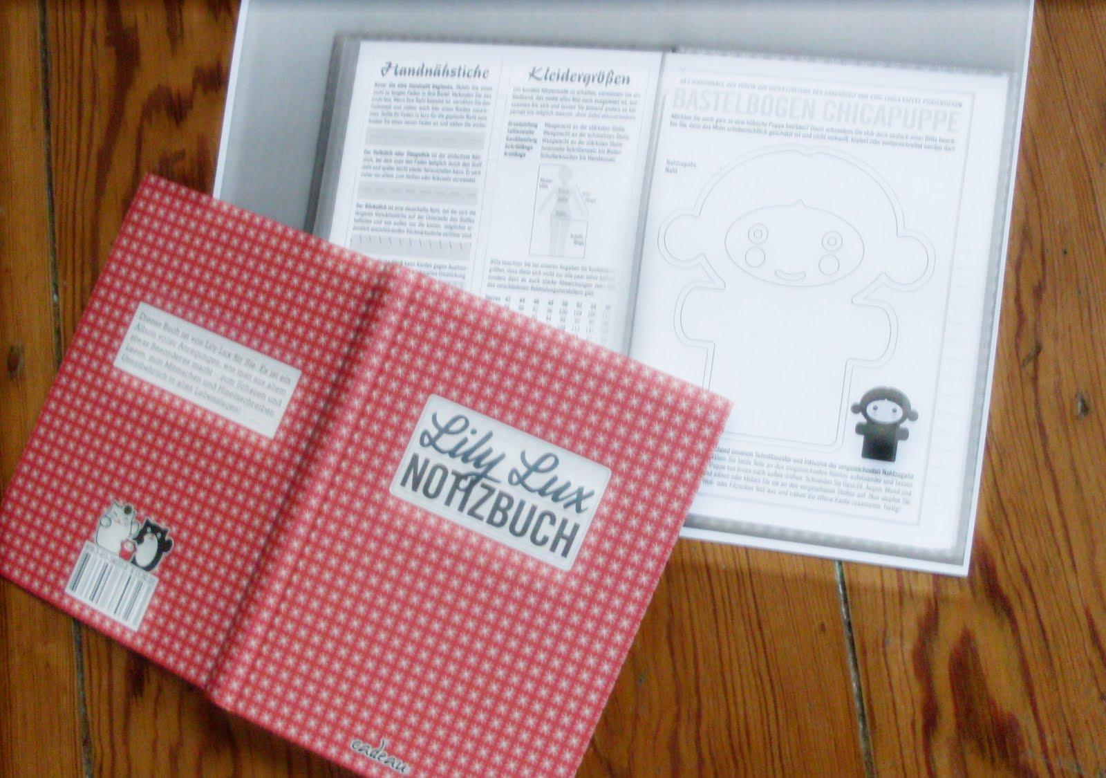 Foto vom Lily Lux Notizbuch und einer Fotokopie vom Schnittmuster der kleinen Chic Chica Puppe zum Selbernähen