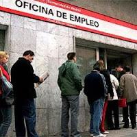 Cola ante una oficina de empleo española