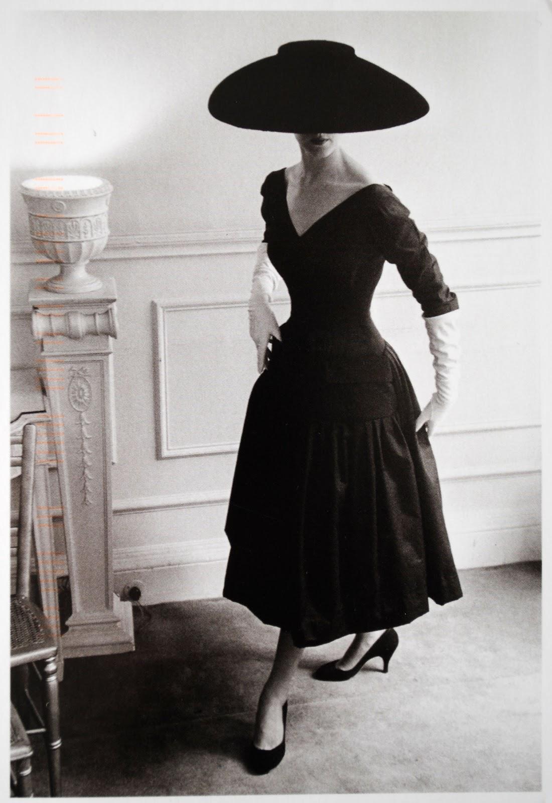 kobieta na czarno białym zdjęciu