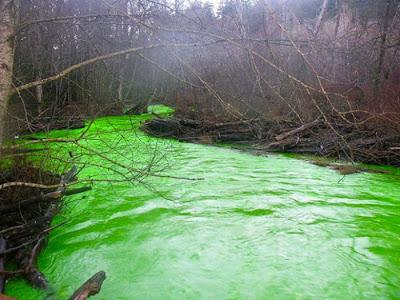 نهر اخضر مضئ