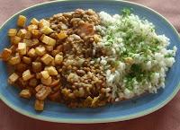 lentejas con arroz y patatas fritas