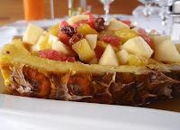 barcas de piña rellenas de frutas