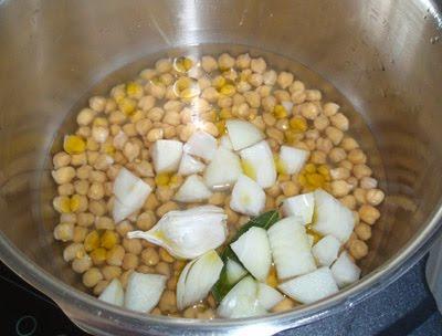 cocción de los garbanzos con borrajas