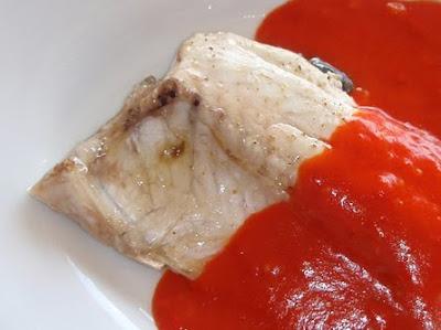 lubina al horno con salsa de pimientos rojos