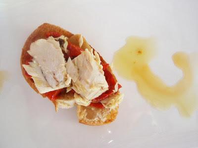 tosta de bonito en aceite con pimientos del piquillo