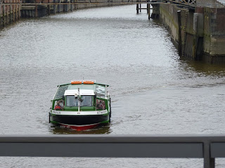 grüne fahrende Barkasse in Hamburg