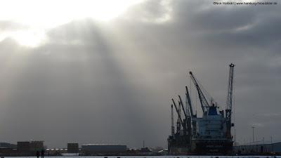 Schiff Amber Lagoon im Hafen von Hamburg, Sonne und grauer Himmel