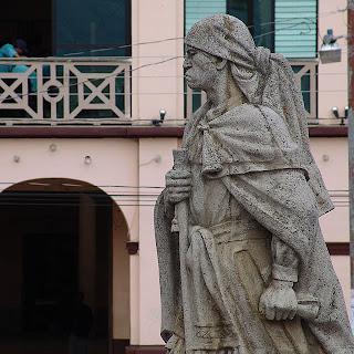 Monumento a Atanacio Tzul, un icono de Totonicapán quien con majesuosidad cuida el parque central. Fotografía de Melrebi.