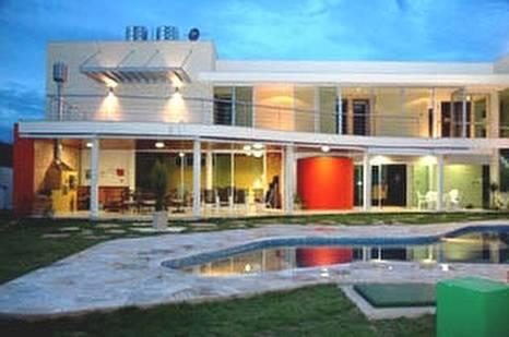 Vista de los fondos de una residencia contemporánea en Brasil