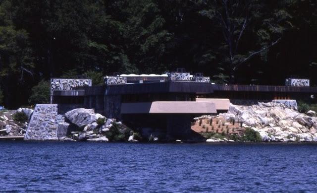 Massaro House al borde de un lago en Estados Unidos