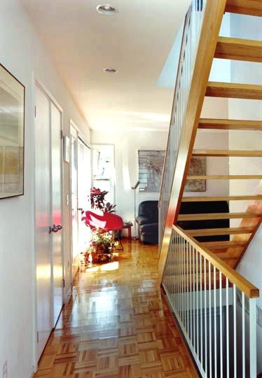 Escalera interior en el centro de la estructura de la casa