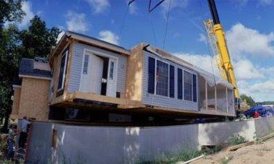 Vivienda modular en construcción con ayuda de grúa
