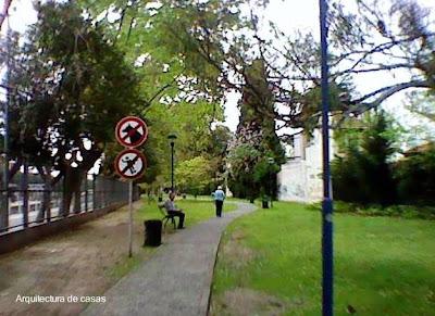 Jardín de uso público en Villa Devoto, Ciudad de Buenos Aires