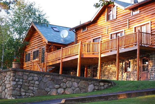 Gran cabaña de troncos con base de piedra
