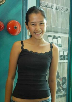 Gambar ardina rasti with tank tops - Pic Celebrity with Her Fashion Syle