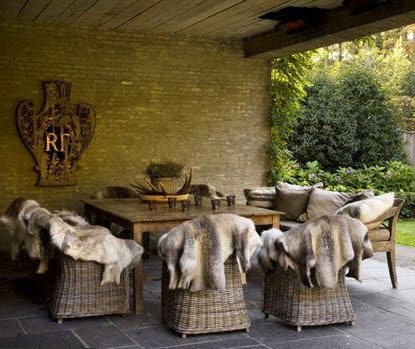 Outdoor dining, image via Maison Côté Est 2009 edited by lb for linenandlavender.net