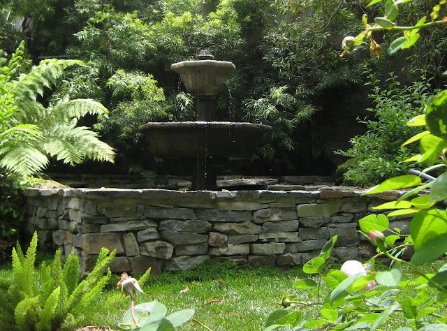 image by LeAnn, my garden, http://linenandlavender.blogspot.com/2010/03/adorazione-del-fiore.html