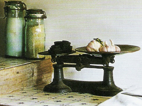 image via  Maisons Côté Ouest Octobre-Novembre 2005, edited by lb for linenandlavender.net, post:  http://www.linenandlavender.net/2010/11/cottage-charm.html