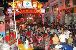 ถนน Jonker walk จัดงานฉลองเทศกาลตรุษจีน เวลาประมาณ 2 ทุ่ม มีผู้คนมาเที่ยวงานคับคั่ง