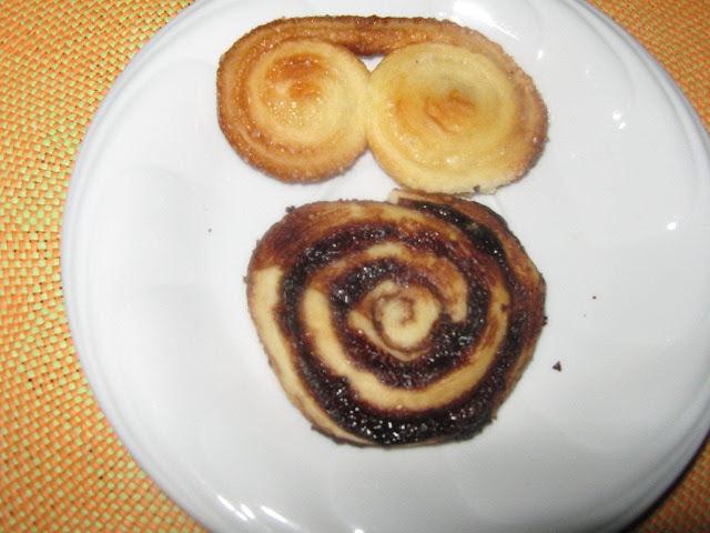 Pálmalevés és mini kakaós csiga tányéron