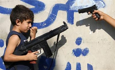 Niños palestinos con armas de juguete