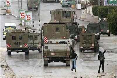 Jóvenes palestinos lanzan piedras a convoyes isralíes