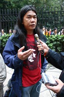 Pelo Largo en China con franela de El Ché Guevara